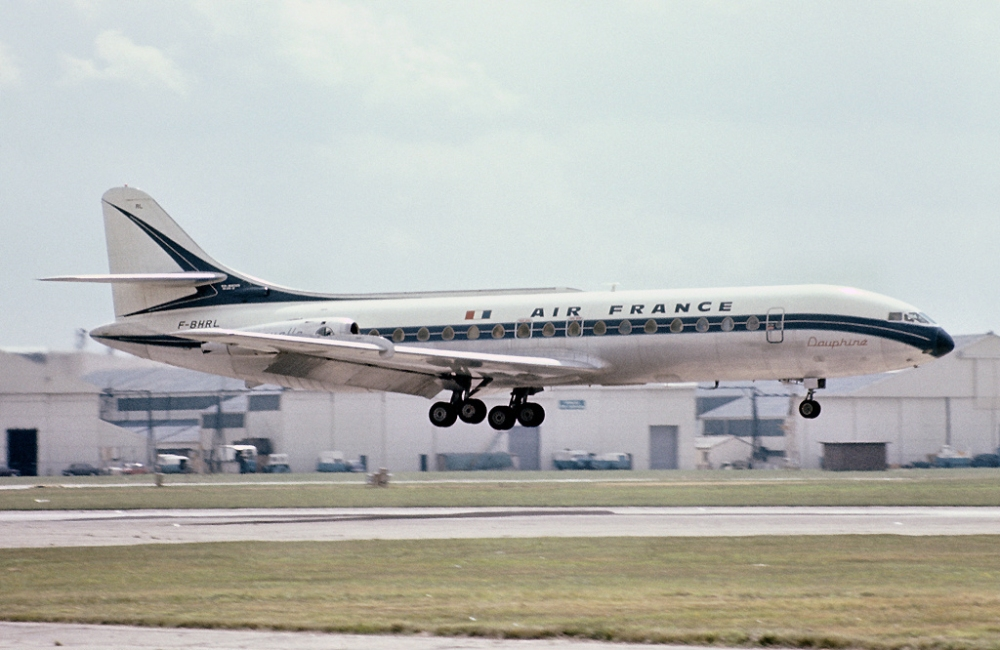 Air_France_Sud_SE-210_Caravelle_III_landing_at_London_Heathrow_Airport